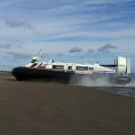 """Ein Luftkissenboot fährt vom Wasser auf den Strand, Bild von """"Klaus with K"""""""
